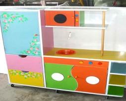 Tủ kệ gỗ mầm non vẽ trang trí