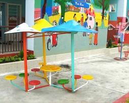 Cây nấm trang trí và bàn ghế